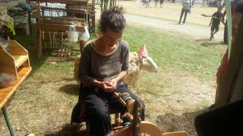 """Valérie Bordas dit """"Bouclette"""" devant son rouet - Laines et Bouclettes"""