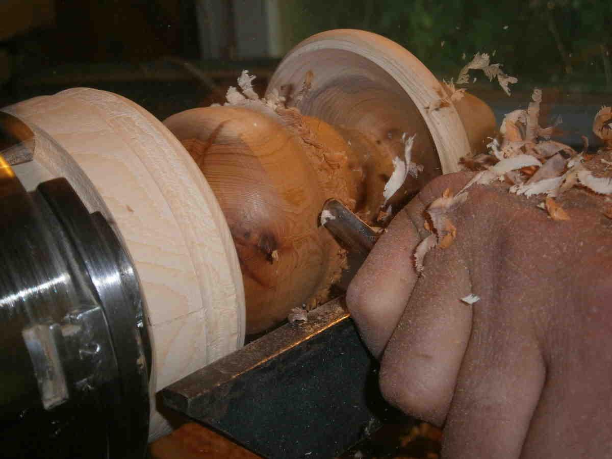 Fabrication d'un champignon en bois par Renaud et Valérie de l'association Zébulon et Cie à Martel dans le Lot