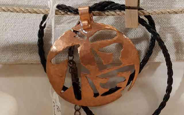 Sophie Bosselut travail du Cuivre à Meyssac - expose à la boutique Zébulon de Martel dans le Lot (46)